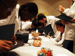 دانش آموزان در حال رقابت در مسابقات دانش مغز