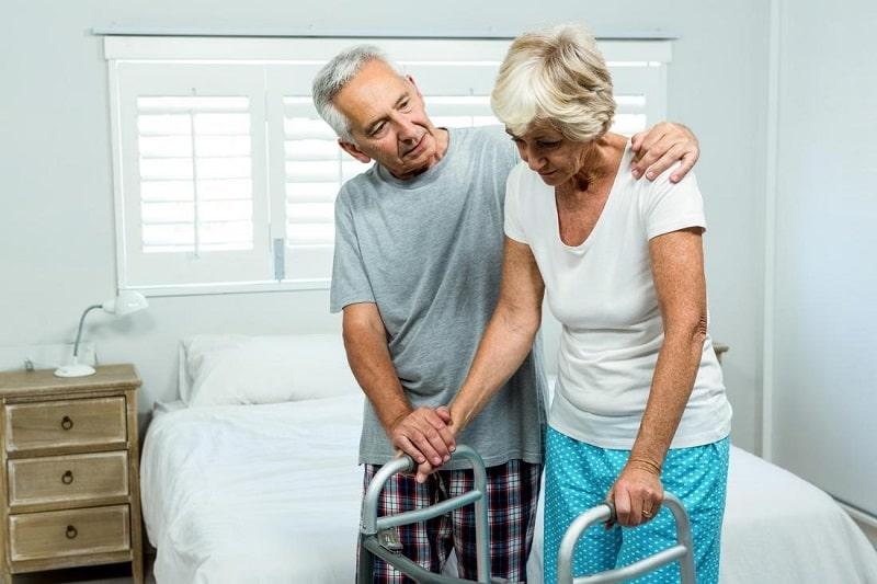 فرد مبتلا به بیماری پارکینسون با مشکلات حرکتی مواجه است